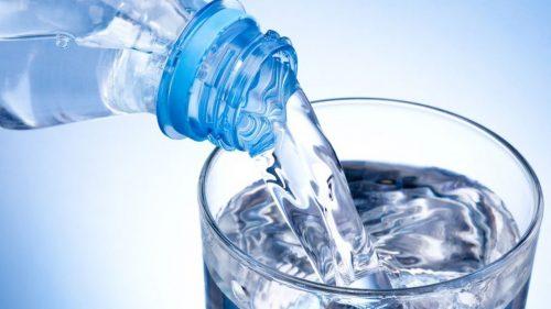 El agua es muy importante para prevenir la deshidratación, la cual puede hacer que nuestro metabolismo se haga más lento y por esta razón quizás nos cueste bajar de peso. Por lo tanto tomar suficiente agua también es un paso muy importante para poder bajar de peso de forma más rápida.